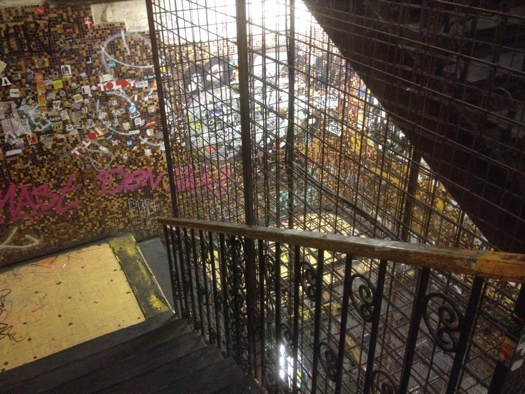 la cage d'escalier de corvinteto bar budapest