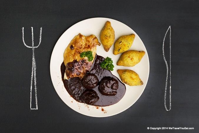 Escalope de dinde à la sauce au vin et aux figues accompagnée de beignet de pomme de terre léger et aéré hongrois