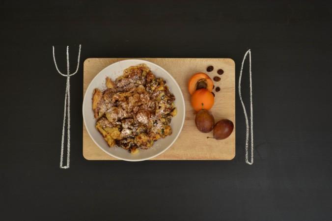 kaiserschmarrn, pancake aéré d'autriche avec raisins secs et cannelle