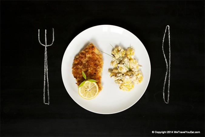 Wiener schnitzel, escalope de veau panée avec salade de pomme de terre, cornichons et sauce mayonnaise